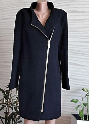 Невероятно стильное зимнее темно-синее пальто.