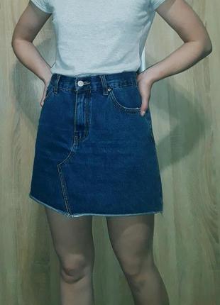 Стильная джинсовая юбка-трапеция синего цвета с необработанным краем denim