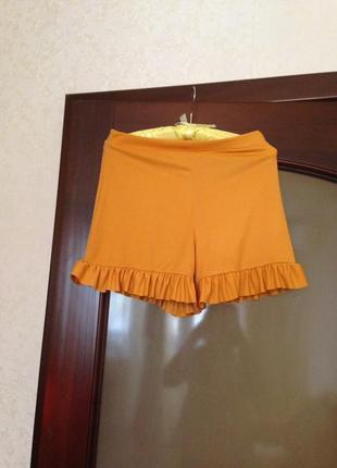 Горчичные шорты с воланами