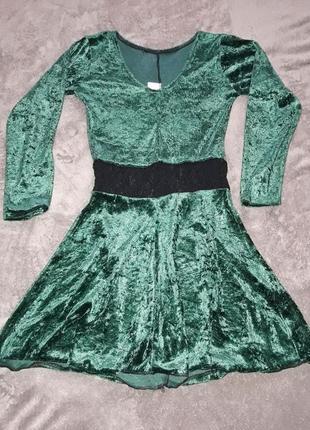 Изумрудно-зеленое платье с длинным рукавом