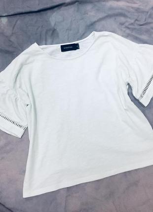 Белоснежная футболка с оборками на рукавах