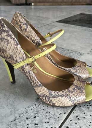 Туфли с открытым носком на каблуке