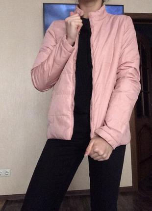 Демисезонная курточка пудрового цвета.