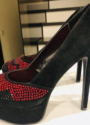 Модные нарядные платья красно- чёрные туфли. наличие.