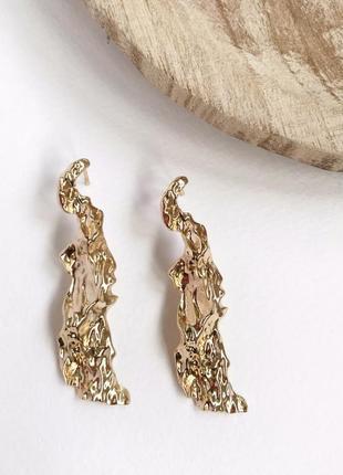 Золотые большие длинные серьги висячие помятые / мятое золото кусок металла / модные тренд
