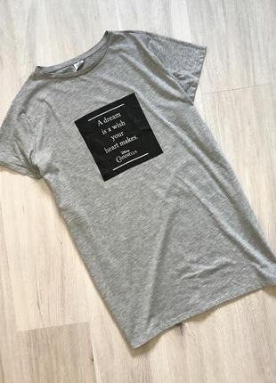 Подовжена сіра футболка футба з розрізами по боках і принтом
