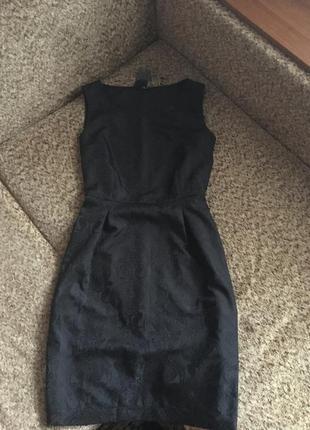 Красивое чёрное платье с рисунком барокко