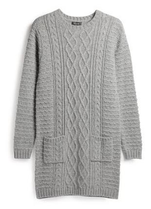 Серое вязаное платье в косы