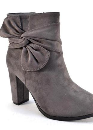 Стильные серые замшевые ботинки ботильоны с бантом на каблуке демисезон