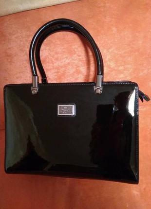 Красивая лакированная лаковая сумка