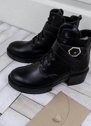 Зимние кожаные ботинки на невысоком каблуке