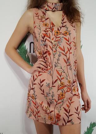 Нежное платье с цветочным принтом и v-образным вырезом на груди от glamorous