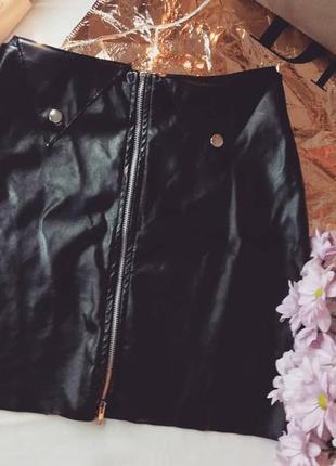 Кожаная юбка на молнии с заклёпками