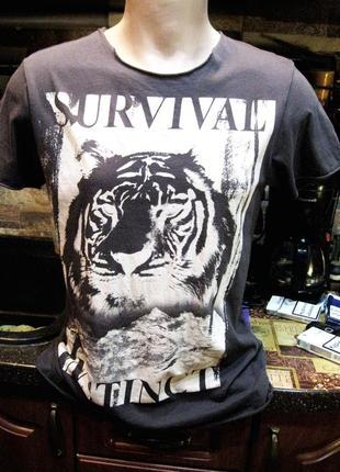 Крутая тонкая футболка с необработанными краями