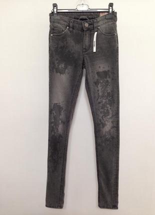Коттоновые серые джинсы скинни с декоративными пятнами asos