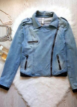 Синяя голубая джинсовая куртка косуха с черными вставками кожзам и молниями замками