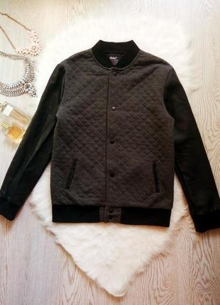 Теплый серый стеганый бомбер с черными кожаными рукавами на манжетах куртка короткая
