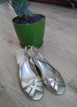 Удобные золотые кожаные босоножки 37 размер туфли
