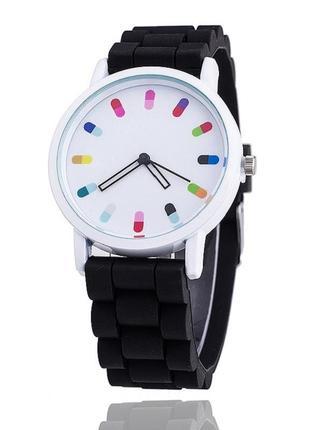 Стильные молодежные часы черные с белым циферблатом