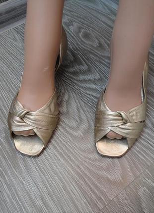 Босоножки на каблуке, италия, кожа, 37р золотые, сандали