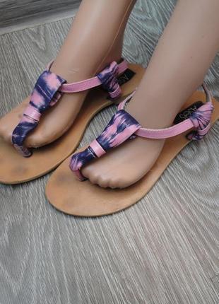 Летние яркие босоножки через палец 38р, сандали