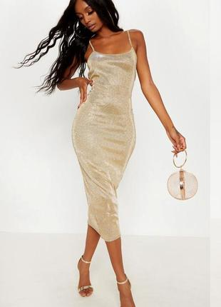 Золотое платье prettylittlething на бретельках с сайта asos