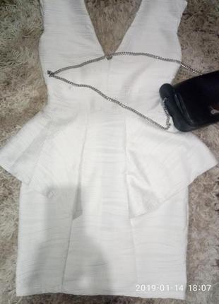 Платье с баской из фактурно ткани с открытой спиной