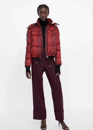 Крутая красная куртка с расцветкой змеи zara