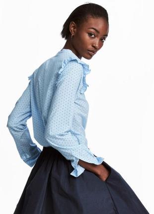 Красивая блуза в актуальный горох с маленькими оборками на плечах, рубашка в горошек
