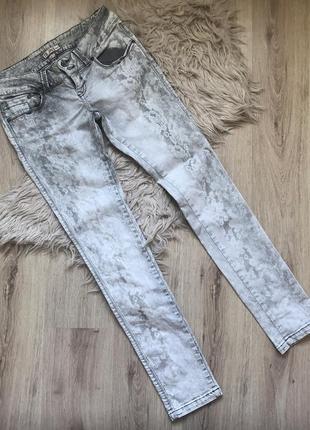 Нежные плотные джинсы с кружевным принтом