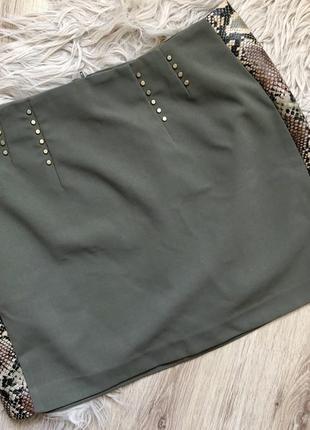 Плотная юбка с заклепками и змеиным принтом