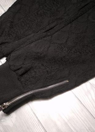 Базовые черные штаны  с замочками внизу.2