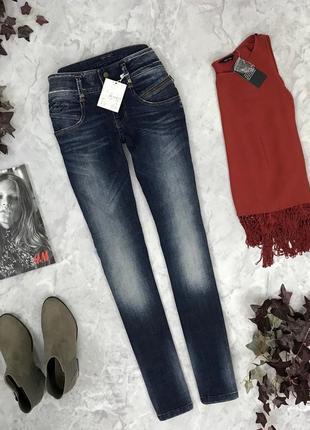 Базовые джинсы с потертостями  pn1903017 henleys