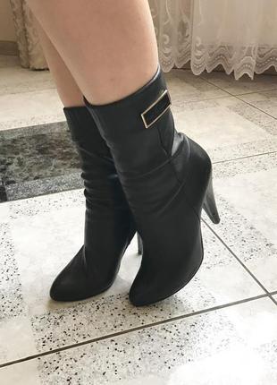 Чёрные кожаные осенние полусапожки на высоких каблуках