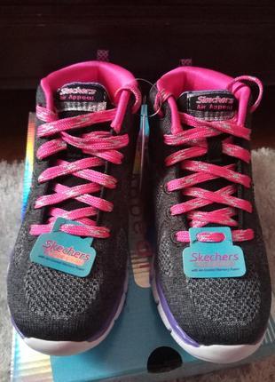 Новые яркие кроссовки