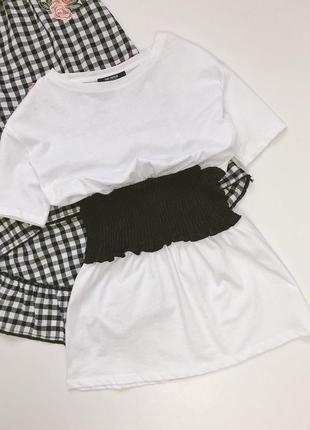 Біла футболка з еластичним «корсетом»