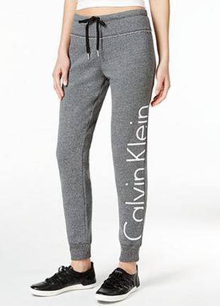 Фирменные трикотажные теплые  спортивные брюки с начесом серый меланж calvin klein *.