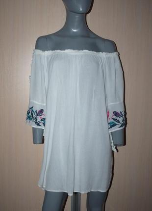 Белая удлиненная блуза-платье с открытыми плечами и вышивкой