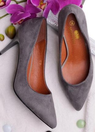 Серые замшевые туфли лодочки на шпильке
