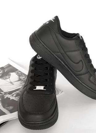 Чорные кроссовки