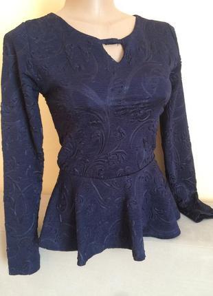 Синя кофта з воланом внизу блуза з баскою та вибитим узором на довгий рукав