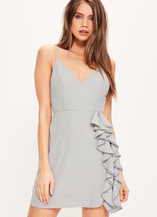 Красивое серое легкое коктейльное нежное платье на тонких бретельках с рюшами missguided