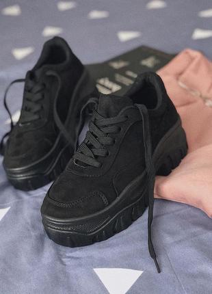 Черные кроссовки на платформе эко-замш