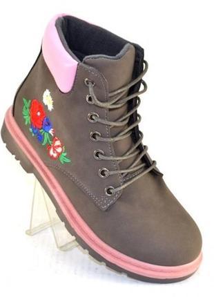 Серые демисезонные ботинки с вышивкой низкий каблук