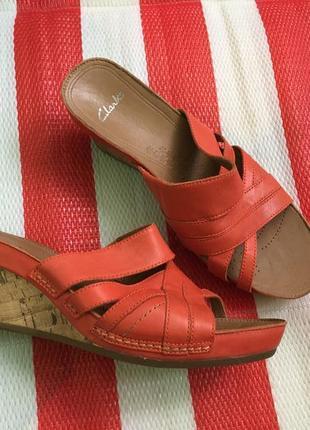 Шикарные мягкие удобные кожаные босоножки/сандалии/шлепанцы на танкетке clarks