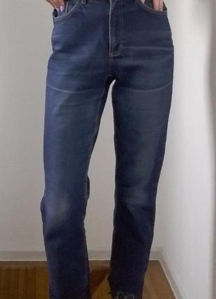 Теплые плотные синие мам-джинсы с кружевом снизу