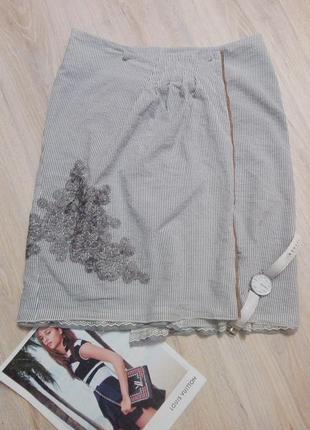 Крутая стильная спортивная юбка-карандаш на запах с модными нашивками австрия