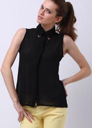 Трендовая шифоновая чёрная рубашка безрукавка amisu с металлическими уголками на воротнике