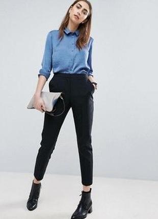 Стильные классические брюки заужены к низу атм