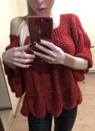 Красный свитер крупной вязки
